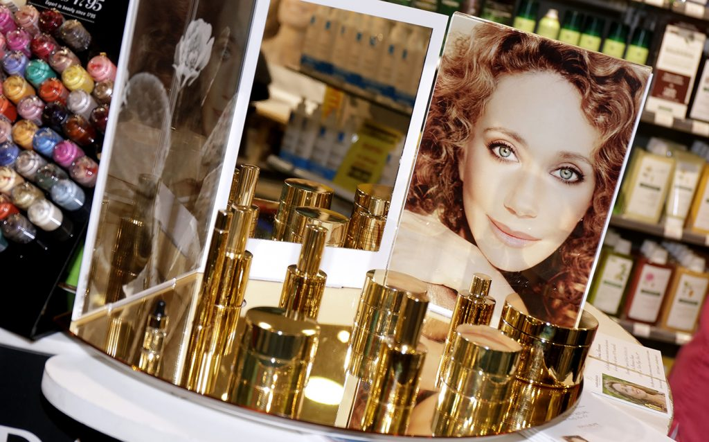 MARISA BERENSON PRESENTS ITS LINE OF PRODUCTS NATURAL CARE